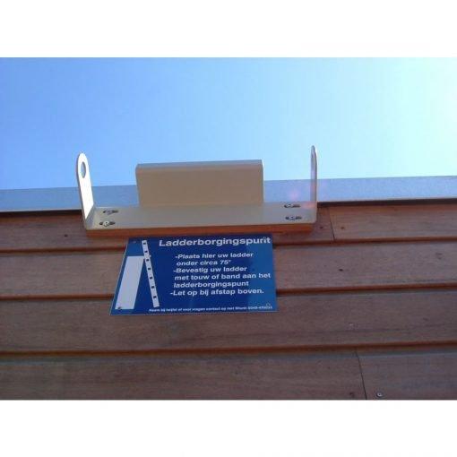 Ladderborgingspunt met instructieplaatje Daksafe | donvangorp.nl